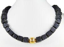 Schöne Edelsteinkette aus Lava in Würfelform  mit einer goldfarbenen Metallkugel