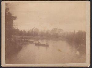 YZ1821 Sulle barche a remi di un fiume da identificare - 1890 Fotografia d'epoca