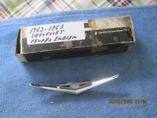 NOS 1962-1963 CHEVROLET IMPALA, BELAIR SMALL BLOCK V/8 FENDER EMBLEM-3791999