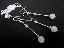 AN OPAQUE WHITE JADE  BEAD NECKLACE AND DANGLY  EARRING SET.
