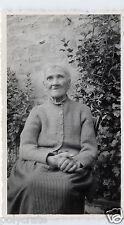 Portrait vieille femme âgée assise chaise jardin - Photo ancienne an. 1950
