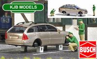 BNIB OO / HO BUSCH 7828 WHEEL THEFT SCENE - CAR WITH OUT WHEELS + 2 FIGURES