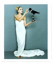 Photographie couleur art mode vers 1990 la femme et le corbeau photo fashion