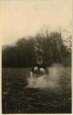 PHOTO ANCIENNE - VINTAGE SNAPSHOT - ENFANT FEU CAMP CUISINE FORÊT - CHILD FIRE