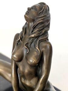 Raymondo Bronze Akt, Frau in erotischer Pose auf Mamorsockel, Signatur Künstler