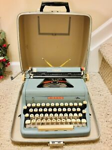 Vintage 1950's Royal Quiet DeLuxe Portable Typewriter w/ Carrying Case- EUC!
