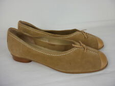 A PAIR OF LADIES BEIGE SUEDE & LEATHER HOTTER SHOES SIZE 5.