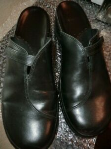 CLARKS BLACK LEATHER  MULE SLIP ON SHOES - 10 M - USED