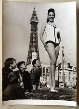PHOTO mannequin femme maillot de bain devant la Tour Eiffel Paris 1950-60