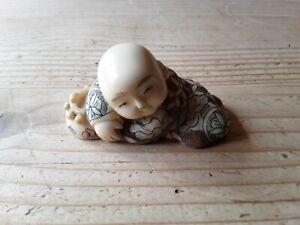 Netsuke Buddha Mönch Figur schlafend liegend  Signatur