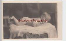 (F3100) Orig. Foto Baby liegt auf Fell, Weihnachten 1925