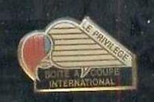 Pin's pins Boite a coupe international - Le privilege -