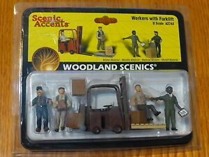 Woodland Scenics O #2744 Workers With Forklift