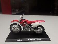 Maisto 1:18 Honda CR250R in Rotweiss Standmodell mit schwarzer Grundplatte.