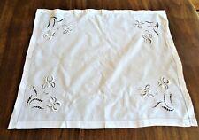 NAPPE A THE  début XXe  brodée de fleurs d'iris en relief - 77 cm x 65 cm