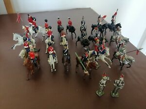 19 MOUNTED & 2 STANDING LEAD SOLDIERS, INCLUDING SOME BRITTAINS