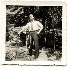 Homme jardinage jardin -  photo ancienne an. 1942