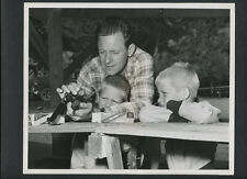 BILL HOLDEN SHOWS HIS KIDS HOW TO LOAD A .357 PISTOL - 1952 EXC COND- GUN CANDID