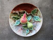 Belle assiette en trompe l'oeil barbotine de Longchamp XIXe poire Palissy ancien