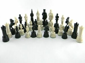 LOT OF 32 MEDIEVAL CHESS PIECES PLASTIC WEIGHTED COMPLETE CHESS SET W/OUT BOARD