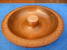 Vintage tazón de fuente de madera circular, decoración tallada de frontera, Montaje de Cobre central.