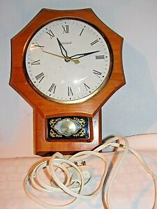 VTG COLLECTIBLES   1950  ELECTRIC WOODEN CLOCK WITH EXCELENT WORKING  CONDITION