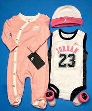 Nike/Jordan Bebé Niñas 4-pc Conjunto de Regalo: Mono, Traje, Tapa & Botines. 0-6 M.