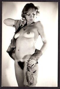"""SCHÖNE NACKTE FRAU MIT """"TANLINES"""" IN STOLZER POSE Aktfoto * Vintage Foto um 1970"""