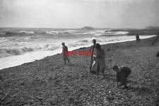 PHOTO  1950 BEACHCOMBERS KEMP TOWN BRIGHTON AND HOVE SEARCHING THE SHINGLE FOR C