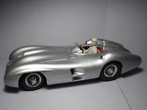 1/18  FIGURE  FANGIO  DRIVING  MERCEDES  W196  STREAMLINE  VROOM  FOR  CMC  1/18