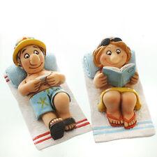 *Deko Set Touristen* Witziges Urlauberpaar auf Strandtuch mit Buch und Tablett