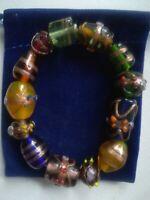 Armband aus bunten Glasperlen