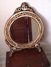 Espejo artesanal marroquí redondo con marco de hueso y aplicaciones metálicas