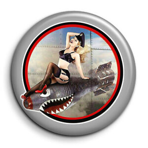 Pin Up Bomb Nose Art WW2 Dub Cox Army bombe armée guerre Badge 38mm Button Pin