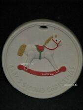 +# A008536_47 Goebel Archiv Muster Aufhänger Medaille Schaukelpferd 48-265