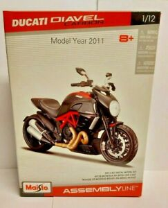 Ducati Diavel Carbon 2011 in red/black 1:12 scale model kit from Maisto
