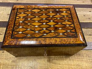 Zauberhaft Thuja Holz Schatulle mit Perlmut Verzierung aus Marokko 30cm