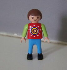PLAYMOBIL (3144) ENFANT MODERNE - Garçon Pull Rouge Vert à Motifs Pantalon Bleu