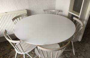 Table à manger blanche et 5 chaises