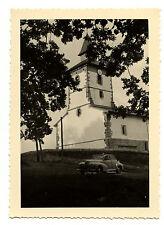 voiture ancienne Peugeot église -  photo ancienne 1950 60