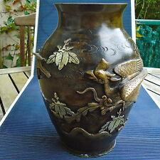Vase Sculpture Bronze Patiné Superbes Décors Reliefs Signé 27 x18 Cm - 2,265 Kgs