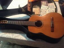 classical guitar 1970 Japan, vintage nice condition in case whit extras.