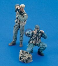 Royal Model 1/35 Photographers Shooting with Camera Bag (2 Figures) [Resin] 508