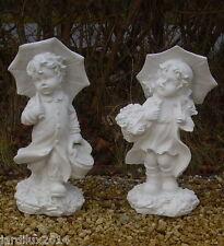 Couple, statues garçon & fille avec parapluies en pierre reconstituée