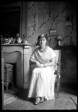 Jeune femme élégante robe assise chapeau - Ancien négatif photo an. 1930
