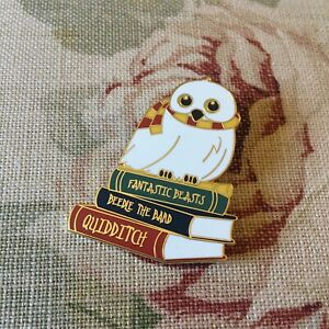 Harry Potter Gryffindor Scarf Hedwig Snowy Owl & Books Retired Pin Badge