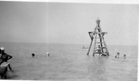 DL909 Photographie photo vintage snapshot plage plongeoir bain baignade