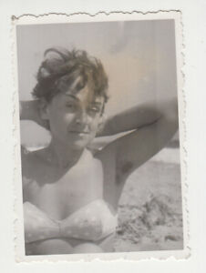19746/ VINTAGE 60s PHOTO SEXY WOMAN SUMMER BEACH SCENE