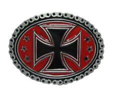 Boucle plaque de ceinture style chaine motif croix de malte noir sur fond rouge.