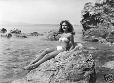 Photo Art Artiste anonyme Déco NB - Femme sur les rochers en bord de mer